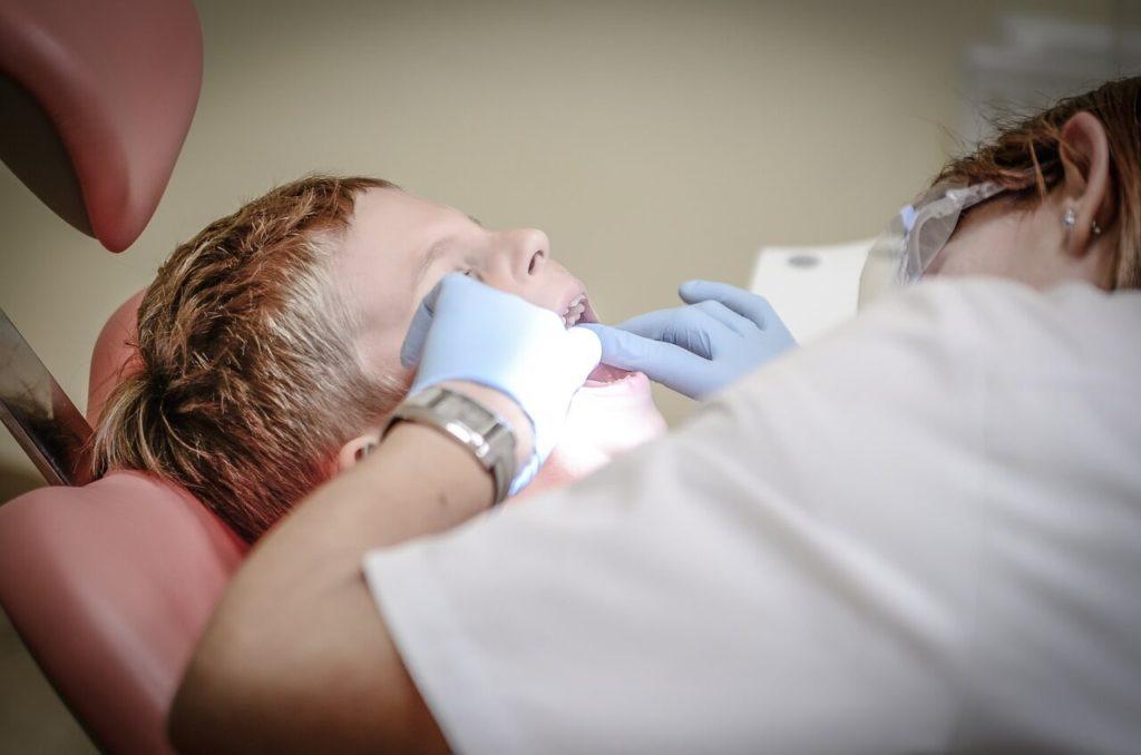 Pierwsza wizyta z dzieckiem u dentysty